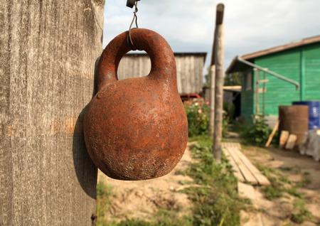tuinhuis: Oude gymnastische de kettlebell in de tuin bij het zomerhuis
