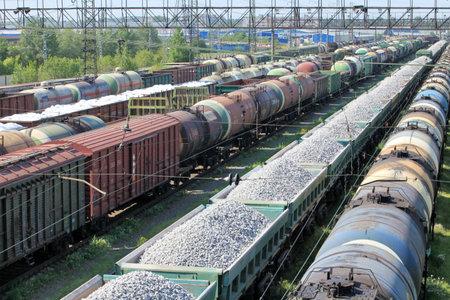 tren: Un patio de tren lleno de trenes de mercanc�as Vista elevada Editorial