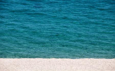 mediodía: Playa vac�a en el mediod�a de verano