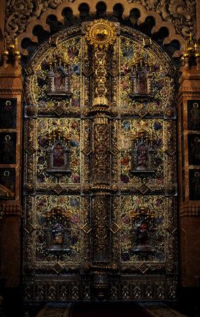 piedras preciosas: oro iconostasio adornado y piedras preciosas Editorial