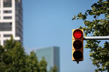 luz roja: semáforo en rojo en el fondo de los rascacielos