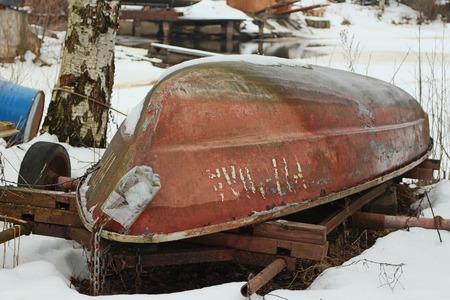 cabeza abajo: viejo bote de remos por el que se invierte en la orilla del rev�s