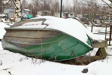 cabeza abajo: viejo bote de remos por el que se invierte en la orilla del revés