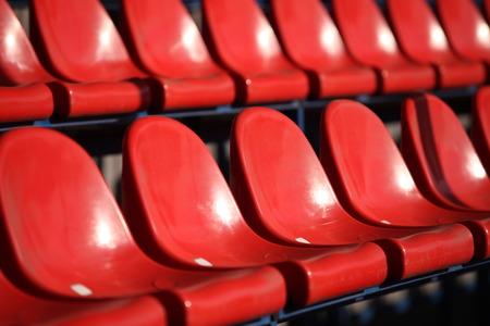 gradas estadio: sillas gradas rojas en estadio cerca Foto de archivo