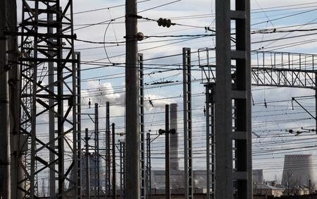 paesaggio industriale: centrale elettrica cavi elettrici paesaggio industriale