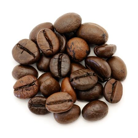 granos de cafe: Close-up de los granos de café sobre fondo blanco
