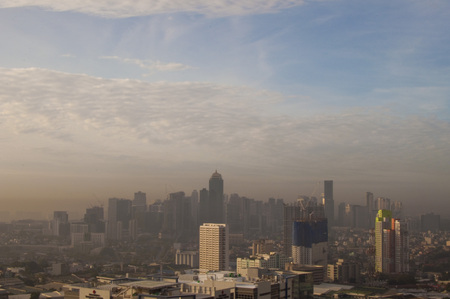 A landscape of polluted ortigas center in metro manila in the philippines Foto de archivo