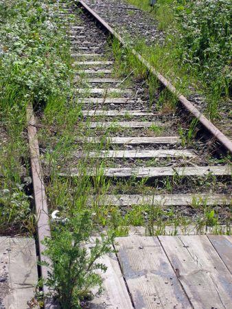 disused: Old pistas y cruce de la l�nea ferroviaria en desuso  Foto de archivo