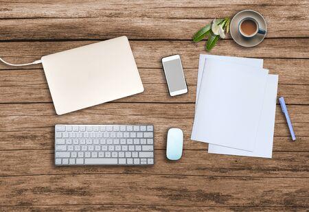 Vista superior. Escritorio de madera de oficina con teléfono inteligente, taza de café caliente, papel, lápiz, cuaderno, teclado, mouse y copyspace para texto.