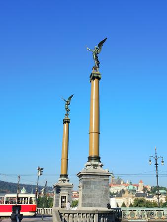 angel de la independencia: columnas con ángeles en el comienzo del puente en Praga - República Checa Foto de archivo