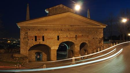 Bergame, la vieille ville. Une des belle ville en Italie. Lombardie Paysage sur l'ancienne porte nommée St. James Banque d'images - 92841857