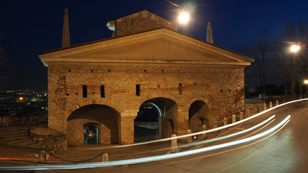 Bergamo, de oude stad. Een van de prachtige stad in Italië. Lombardije. Landschap op de oude poort genaamd St. James