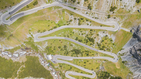 Road to the Stelvio mountain pass in Italy. Up and down amazing aerial view 版權商用圖片 - 115443521