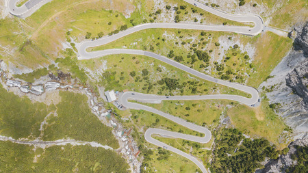 Road to the Stelvio mountain pass in Italy. Up and down amazing aerial view 版權商用圖片 - 105958225