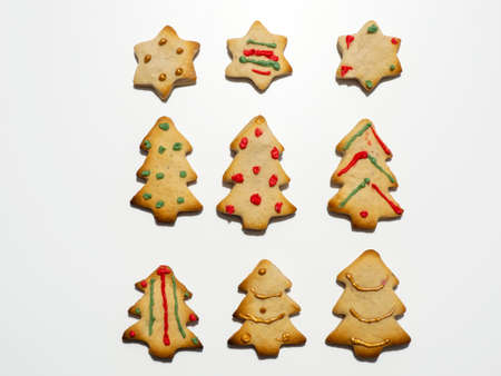 Homemade Christmas gingerbread cookies isolated on white background. Pine and star shaped cookies. Decorated Christmas cookies Banque d'images