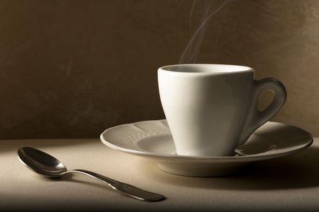 ベージュのスプーンでコーヒー カップ