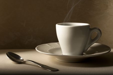 Koffie beker met lepel op beige
