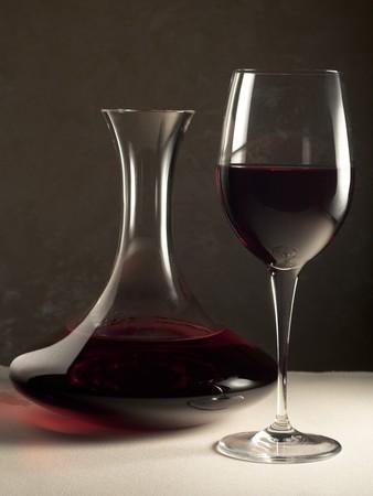 デカンター、ガラスの赤ワイン 写真素材