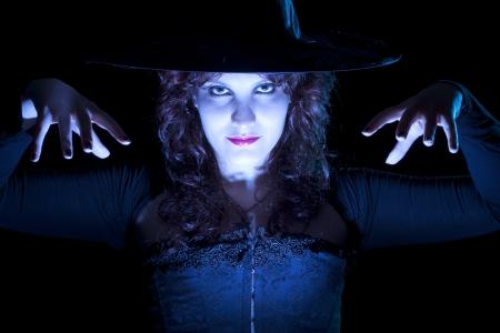 青い光の中でかなりの魔女