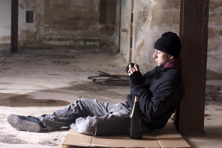 pauvre: Fumer alcoolique Banque d'images