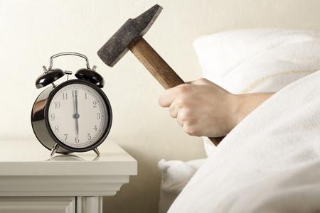 ハンマーの目覚まし時計を壊してください。