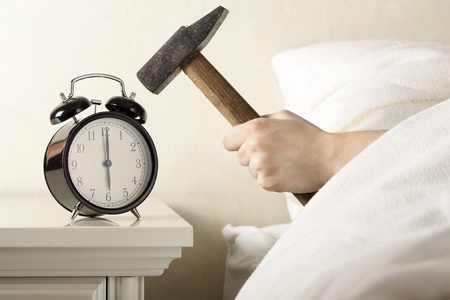 Smashing wekker met hamer