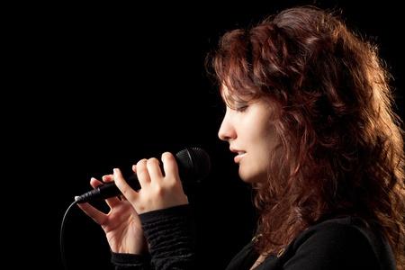 優しく歌っている女性