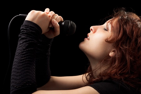 personas cantando: Rock mujer cantando con ternura