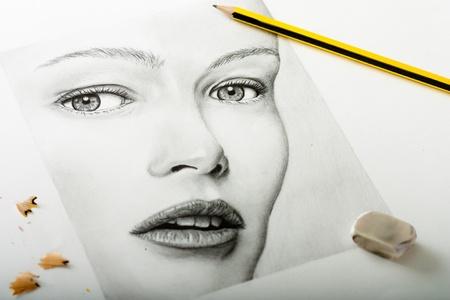 鉛筆消しゴムと削りくずを持つ女性の肖像画
