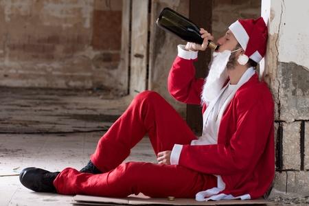Alcoholische kerstman drinken van een wijnfles