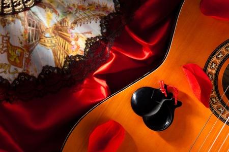 ギター、手ファン、バラの花びらとカスタネット