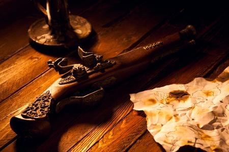 Antieke Flintlock Pistool met Kaart en Kaars Stockfoto