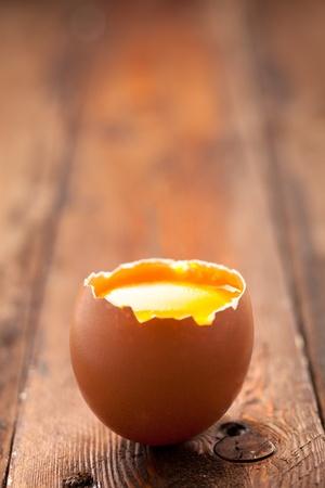 木材に卵黄と卵の殻を開く 写真素材 - 12432312
