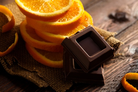 ジュートおよび木でオレンジとチョコレートの正方形にスライスします。 写真素材
