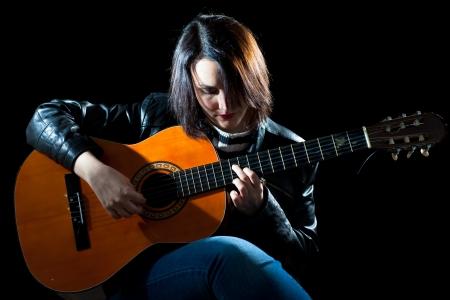 クラシック ギター コンサートで演奏女性