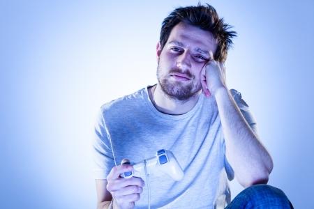 bored man: L'uomo annoiato, giocare ai videogiochi con Gamepad