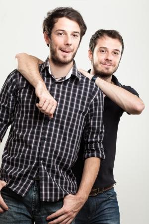 2 つの幸せな双子を抱いて 写真素材