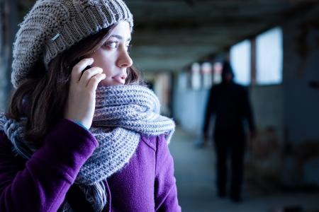 ojos marrones: Mujer Preocupante acosada por un hombre