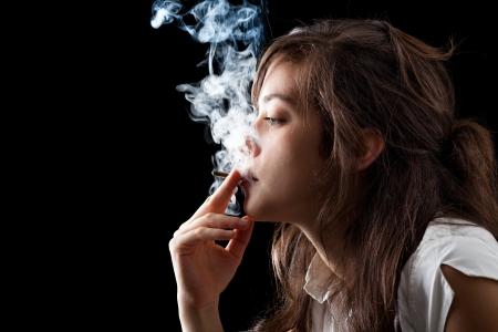 Vrouw roken van een sigaret op een zwarte achtergrond