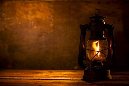 candil: Lámpara de aceite en la madera Foto de archivo