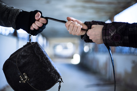 Snatcher Diebstahl einen Beutel von einer Frau