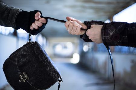 Snatcher Robar una bolsa de una mujer Foto de archivo - 35503432
