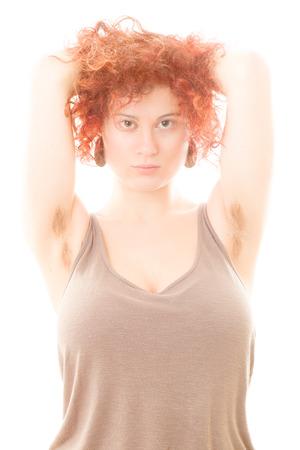 axila: Mujer bonita con axilas peludas en el fondo blanco