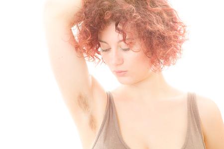 axila: Mujer bonita con Hairy axila en el fondo blanco