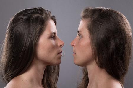 ojos azules: Dos graves Twin Sisters miran uno Foto de archivo