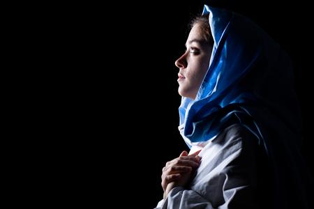 vierge marie: Vierge Marie avec Blue Veil Prier sur fond noir