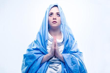 virgen maria: Virgen María con el velo azul Orando en el fondo blanco