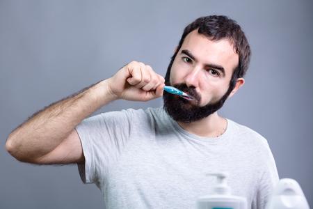 pasta dental: Hombre con la barba Lavarse los dientes con un cepillo de dientes