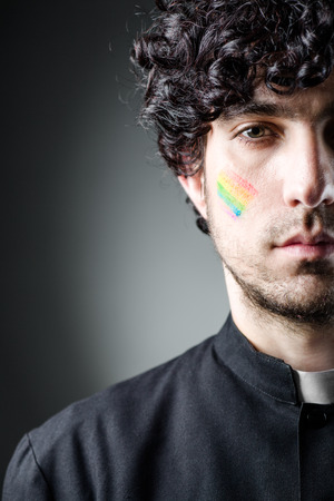 sotana: Cat�lica Gay Sacerdote con la pintura del arco iris en la mejilla