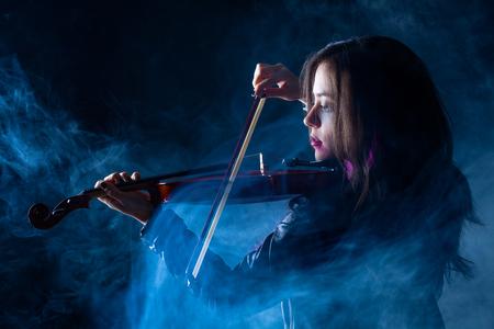 革のジャケット、バイオリンの演奏とロック女性 写真素材 - 66630374